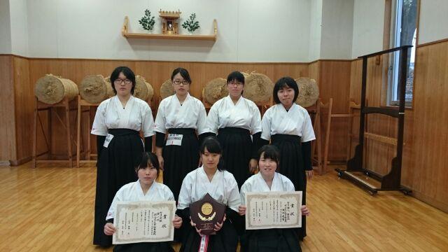 一年生出場メンバーと個人第4位の渡辺友華さん(右下)